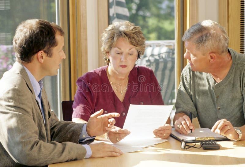 Reunião sênior dos pares com agente fotos de stock