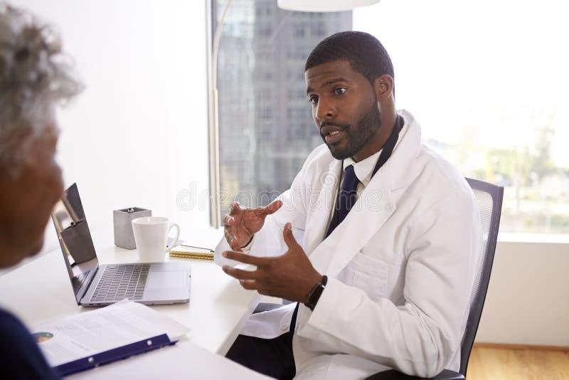 Reunião superior da mulher com o escritório masculino do doutor Cosmetic Surgeon In fotos de stock royalty free