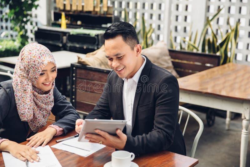 Reunión asiática del equipo del negocio en un caf foto de archivo libre de regalías