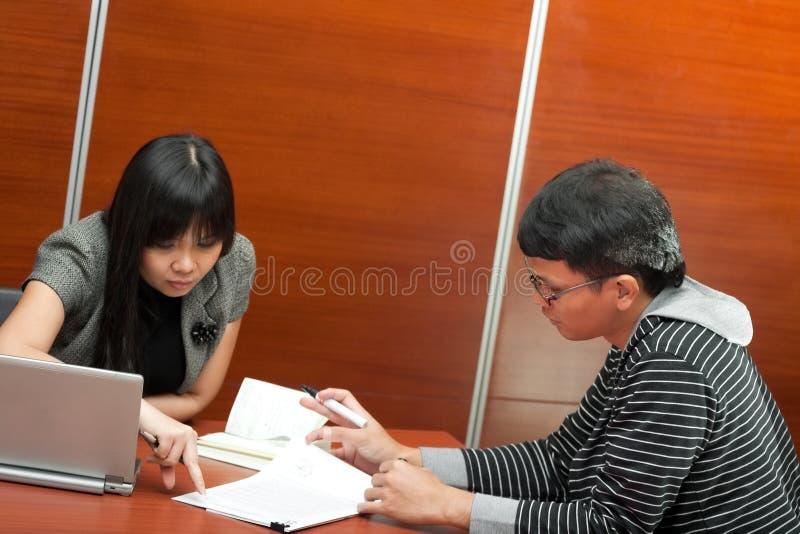 Reunión asiática del trabajo en equipo del asunto fotos de archivo libres de regalías
