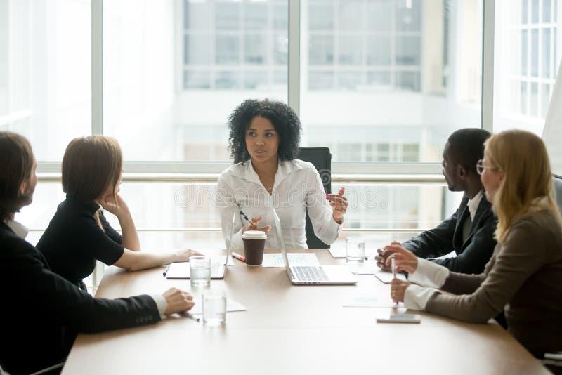 Reunión corporativa principal del jefe femenino negro que habla con b diverso fotografía de archivo