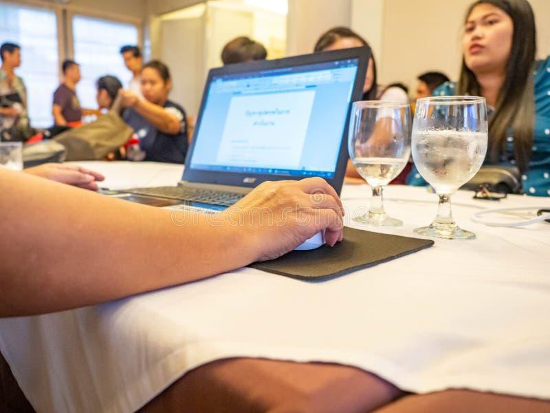 Reunión de amigos, Enjoying Office, Grupo de jóvenes alegres imagen de archivo libre de regalías