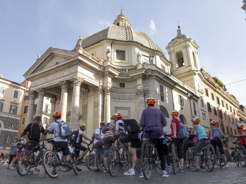 Reunión de ciclistas debajo de la iglesia Santa Maria (Roma) imagen de archivo