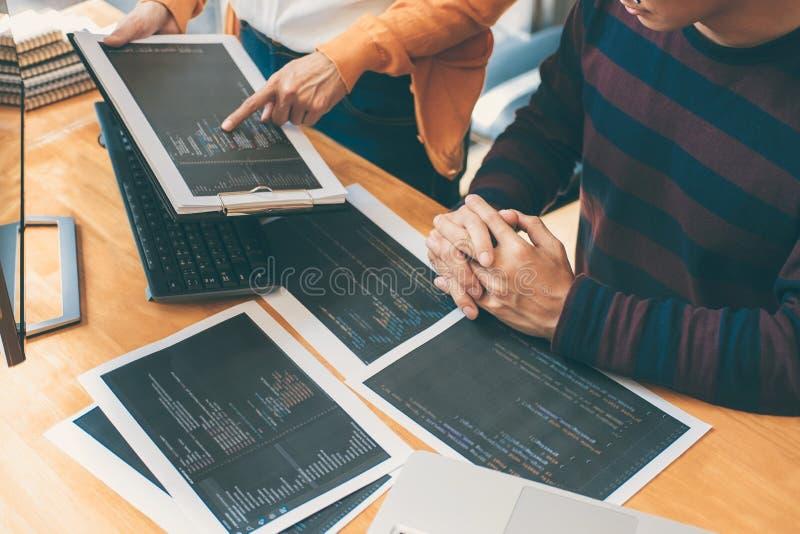 Reunión de cooperación profesional del programador de desarrollo y funcionamiento de la página web que se inspira y programado en imágenes de archivo libres de regalías