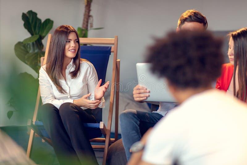 Reunión de Coworking Equipo de lanzamiento que discute nuevo proyecto junto foto de archivo