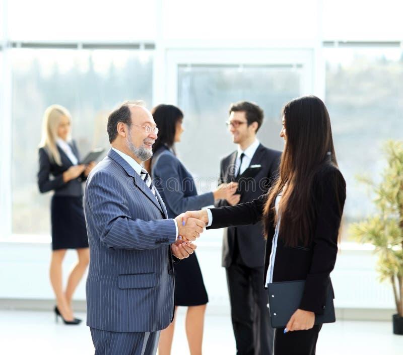 reunión de dos socios comerciales en la presentación fotografía de archivo