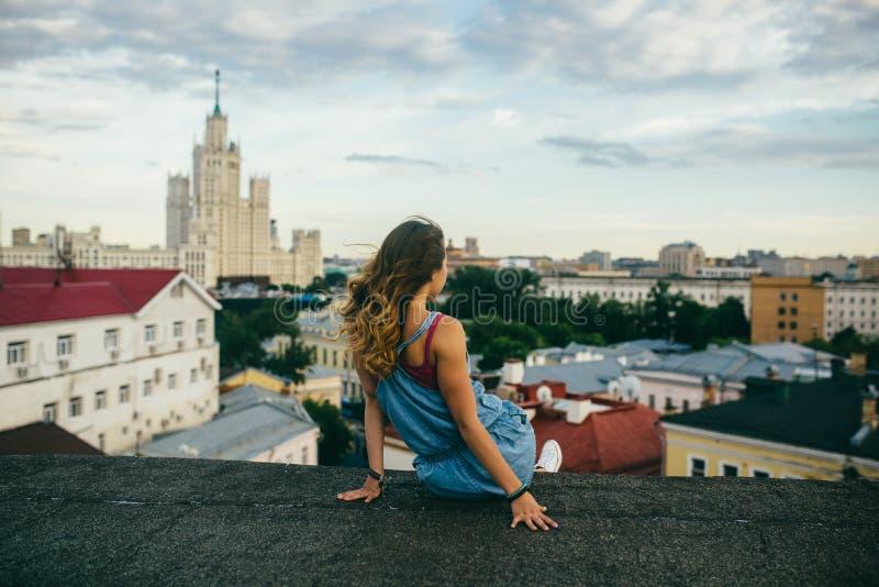 Reunión de la disminución sobre un tejado de la ciudad fotos de archivo