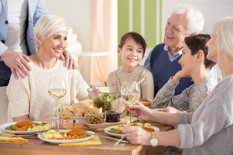 Reunión de la familia al lado de la tabla fotos de archivo
