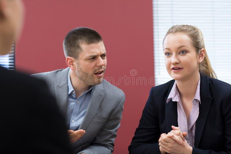 Reunión de la mediación de And Businesswoman In del hombre de negocios imagenes de archivo