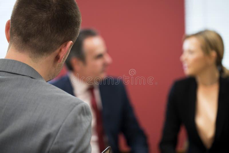 Reunión de la mediación de And Businesswoman In del hombre de negocios fotografía de archivo libre de regalías