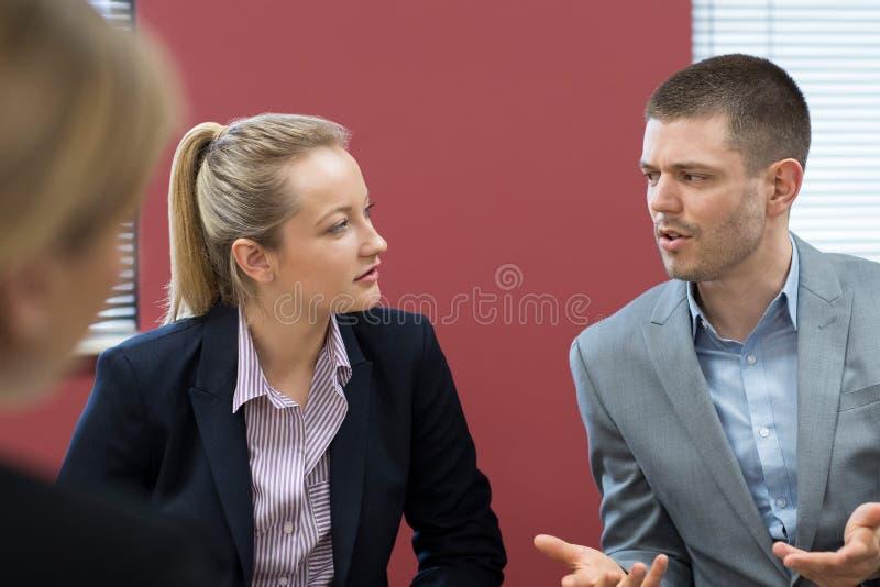 Reunión de la mediación de And Businesswoman In del hombre de negocios fotos de archivo libres de regalías