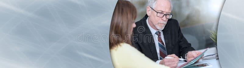 Reunión de la mujer un consultor para los consejos, efecto luminoso; bandera panorámica foto de archivo