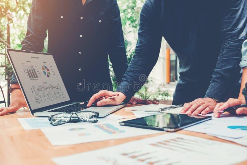 Reunión de lanzamiento del equipo del negocio que trabaja en el nuevo negocio del ordenador portátil favorable fotos de archivo