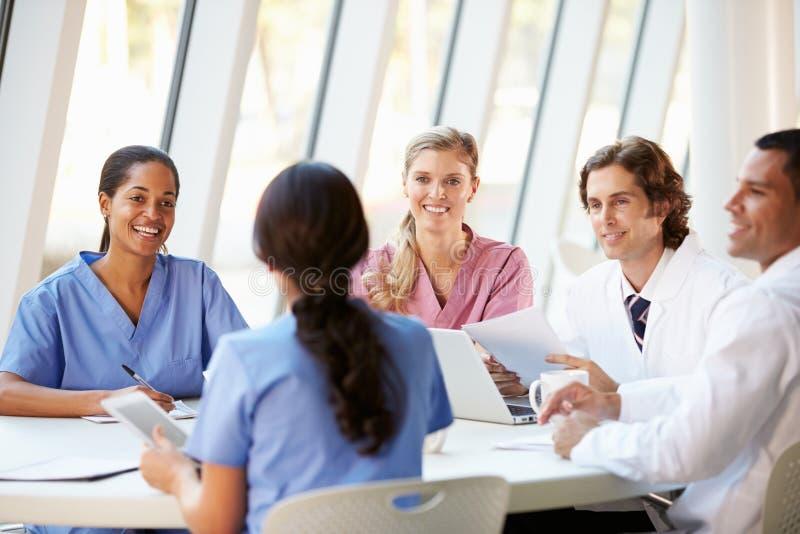 Reunión de las personas médicas alrededor del vector en hospital moderno