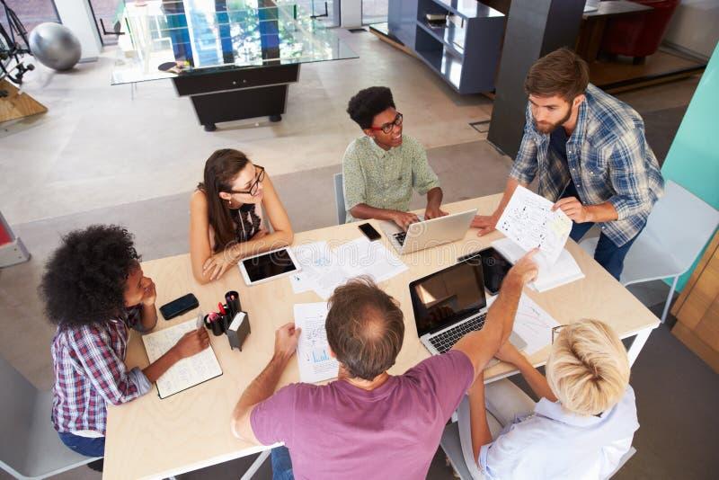 Reunión de Leading Creative Brainstorming del encargado en oficina fotos de archivo