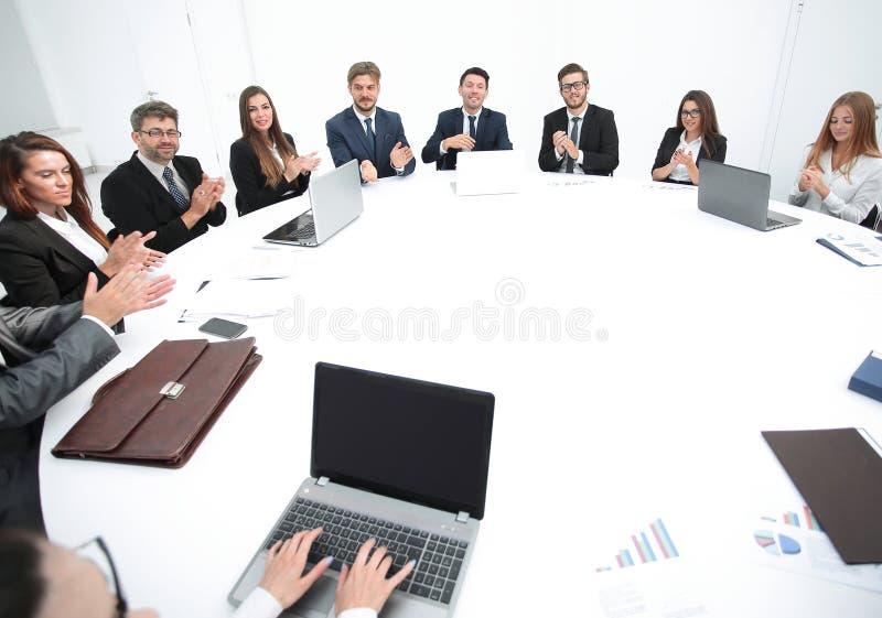 reunión de los accionistas de la compañía en la mesa redonda imágenes de archivo libres de regalías
