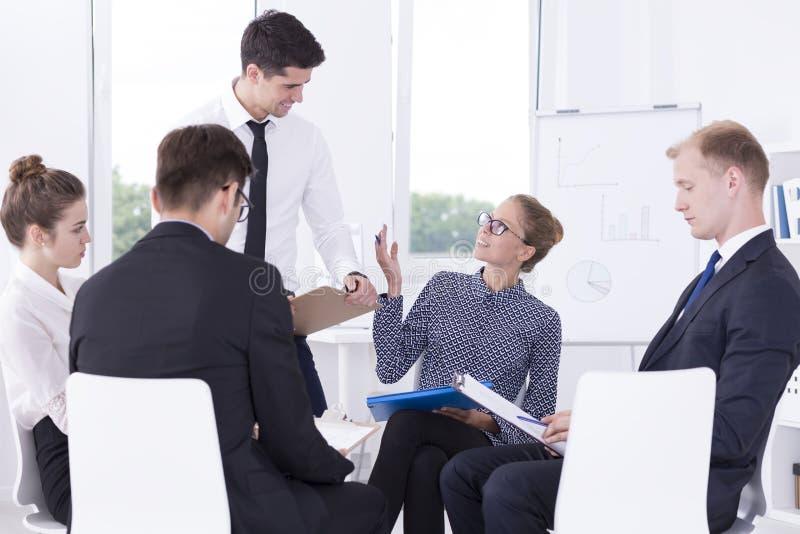 Reunión de motivación con los empleados fotos de archivo