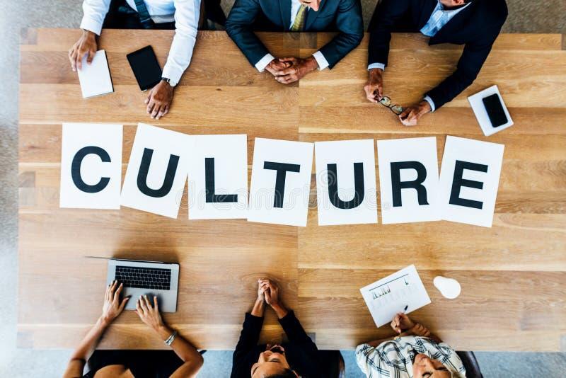 Reunión de negocios con la cultura de la palabra en la tabla imágenes de archivo libres de regalías