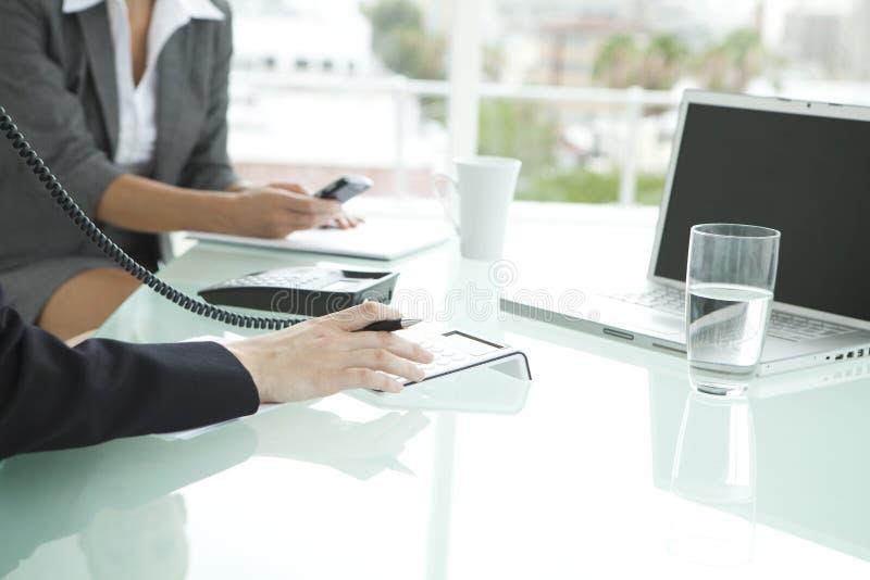 Reunión de negocios con las mujeres solamente imagen de archivo libre de regalías