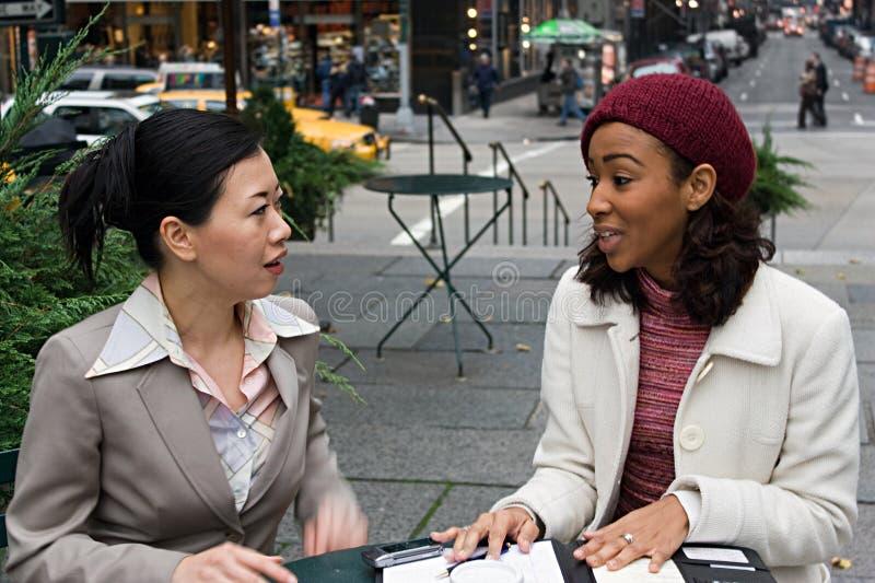 Reunión de negocios en la ciudad imagen de archivo libre de regalías