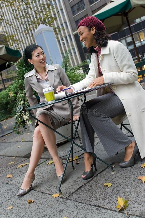 Reunión de negocios en la ciudad imagenes de archivo