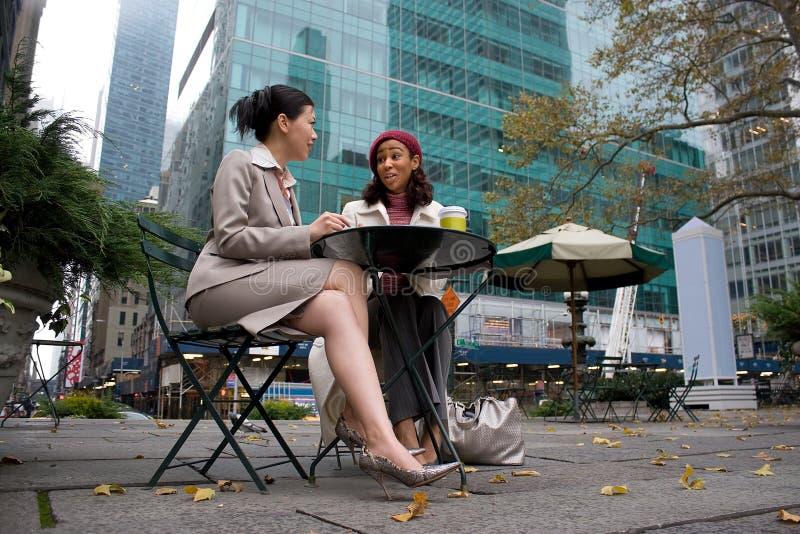 Reunión de negocios en la ciudad foto de archivo
