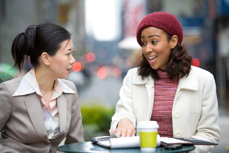 Reunión de negocios en la ciudad imagen de archivo