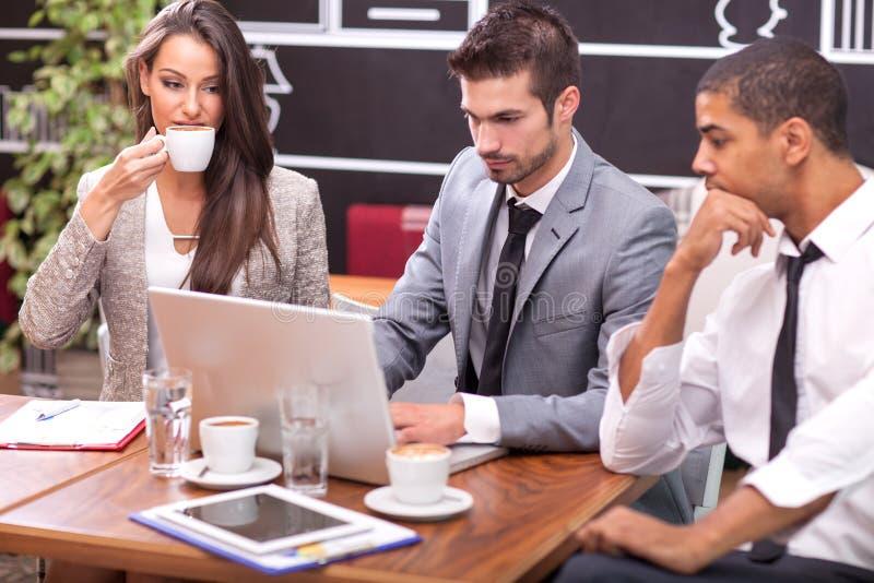 Reunión de negocios en un café foto de archivo libre de regalías