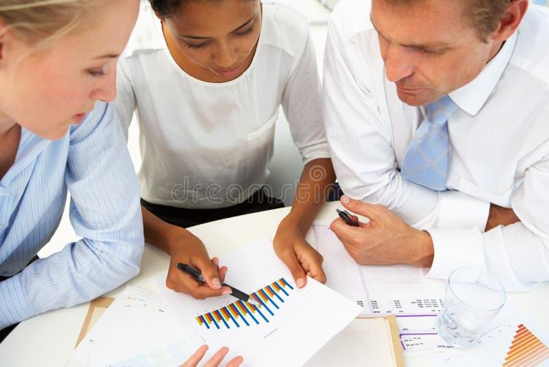 Reunión de negocios en una oficina imagen de archivo