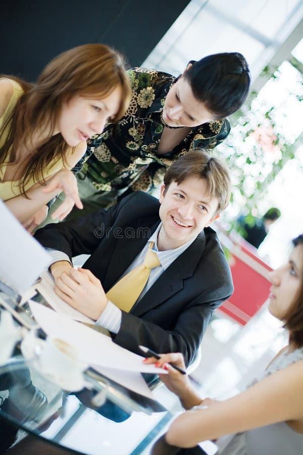 Reunión de negocios en una oficina moderna. imagen de archivo libre de regalías