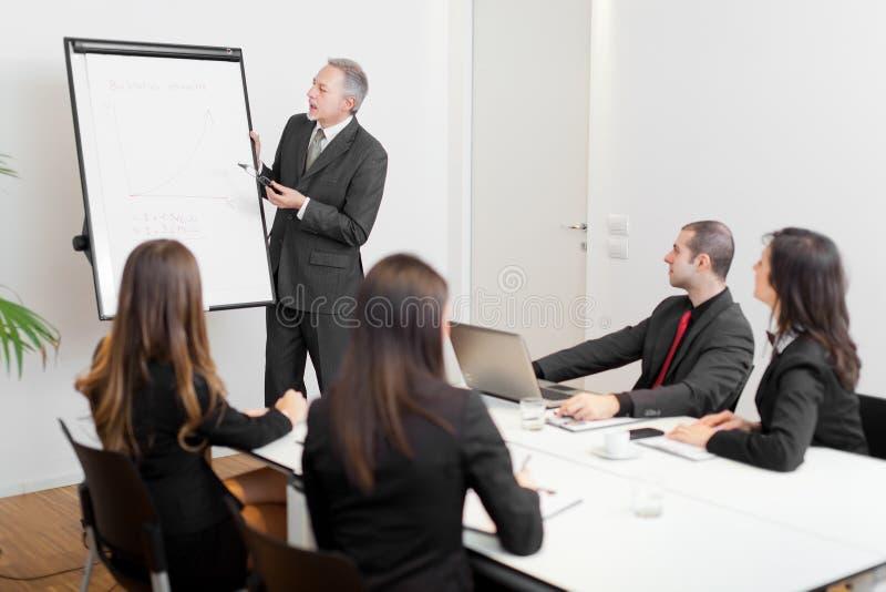 Reunión de negocios: grupo de empresarios en el trabajo imagen de archivo libre de regalías