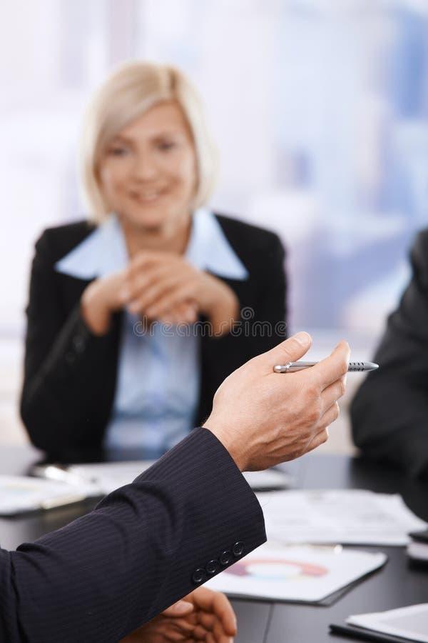 Reunión de negocios, mano con la pluma en primer foto de archivo libre de regalías