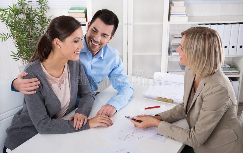 Reunión de negocios profesional: pares jovenes como clientes y fotografía de archivo libre de regalías