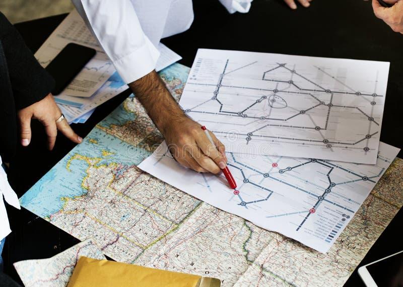 Reunión de planificación de transporte del mapa junto fotografía de archivo libre de regalías