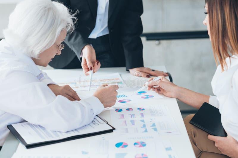 Reunión de reflexión acertada de la estrategia de las mujeres de negocios imagen de archivo
