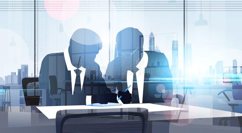 Reunión de reflexión del entrenamiento de Sit At Table Reading Documents del hombre de negocios de la silueta en oficina moderna ilustración del vector