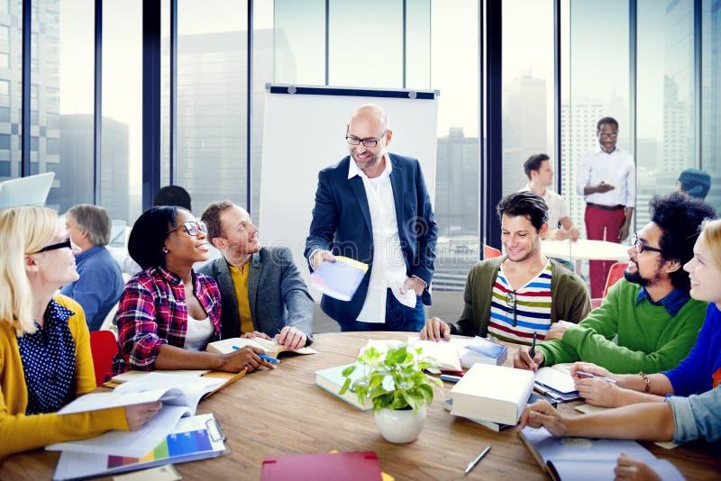 Reunión de reflexión multiétnica del grupo de personas en la oficina fotografía de archivo