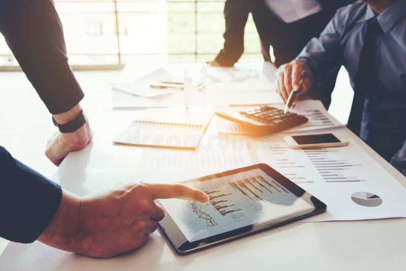 Reunión del equipo del negocio que trabaja en el nuevo negocio de la tableta digital favorable fotografía de archivo libre de regalías