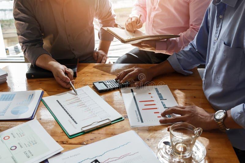 Reunión del equipo del negocio y discusión de plan del proyecto hombres de negocios que discuten junto en sala de reunión fotos de archivo libres de regalías