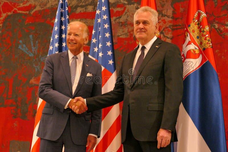 Reunión del presidente de Serbia Tomislav Nikolic y de vicepresidente José 'Joe' Biden de los E.E.U.U. foto de archivo