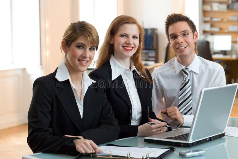 reunión del trabajo en equipo con la computadora portátil fotografía de archivo libre de regalías