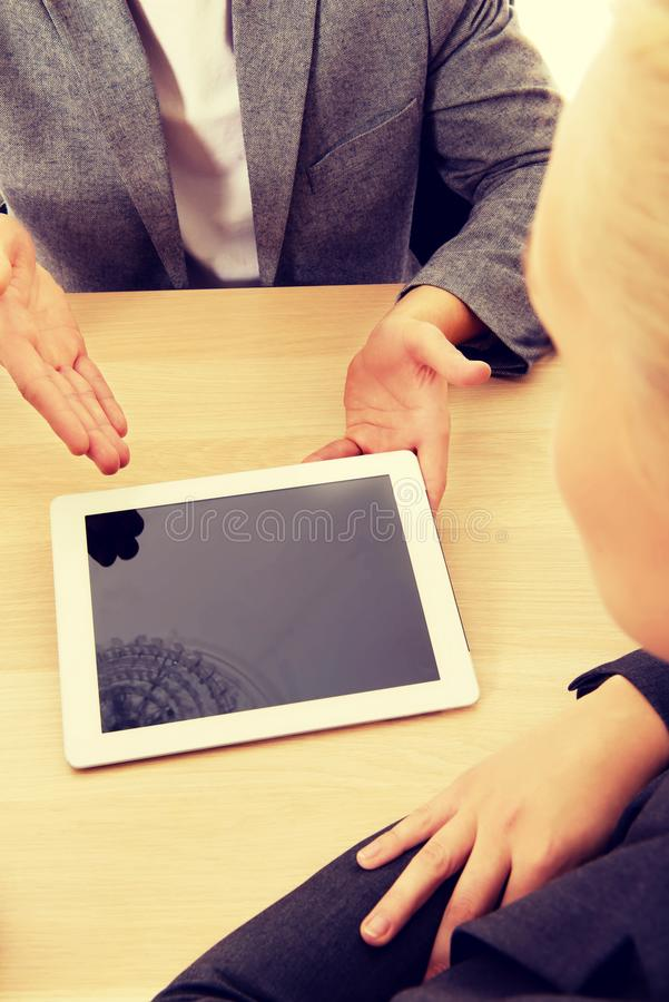 Reunión-hombre del negocio que muestra algo en la tableta foto de archivo