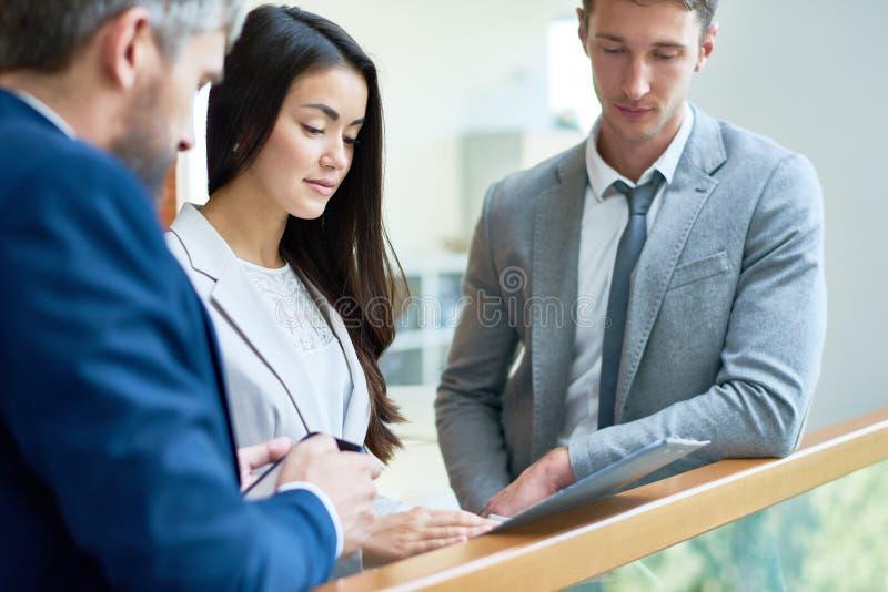 Reunión informal en el pasillo de la oficina imagen de archivo libre de regalías