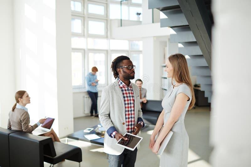 Reunión informal en pasillo de la oficina imagen de archivo