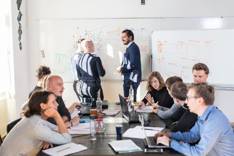 Reunión informal relajada del equipo de la compañía de puesta en marcha del negocio de las TIC imagen de archivo