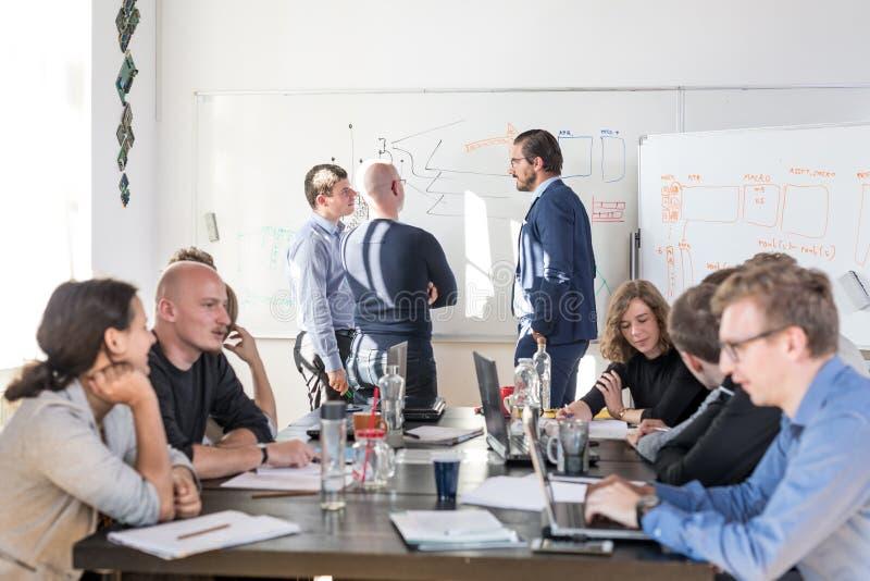 Reunión informal relajada del equipo de la compañía de puesta en marcha del negocio de las TIC foto de archivo libre de regalías