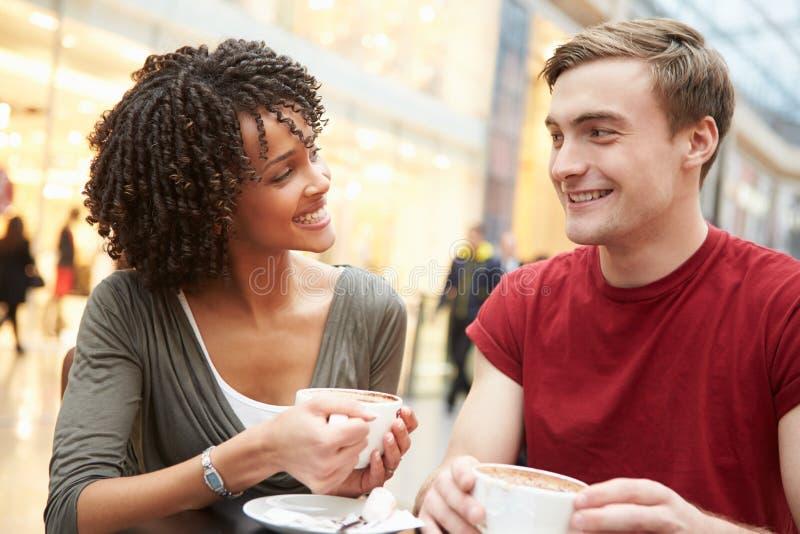 Reunión joven de los pares sobre fecha en café imagen de archivo