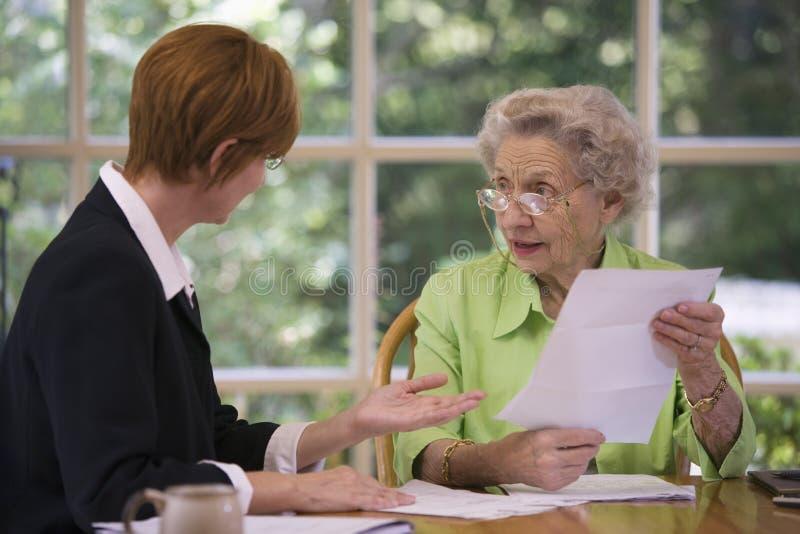 Reunión mayor de la mujer con el agente fotografía de archivo libre de regalías