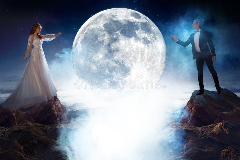 Reunión misteriosa y romántica, novia y novio debajo de la luna Hombre y mujer que se tiran manos del ` s Técnicas mixtas imagen de archivo libre de regalías