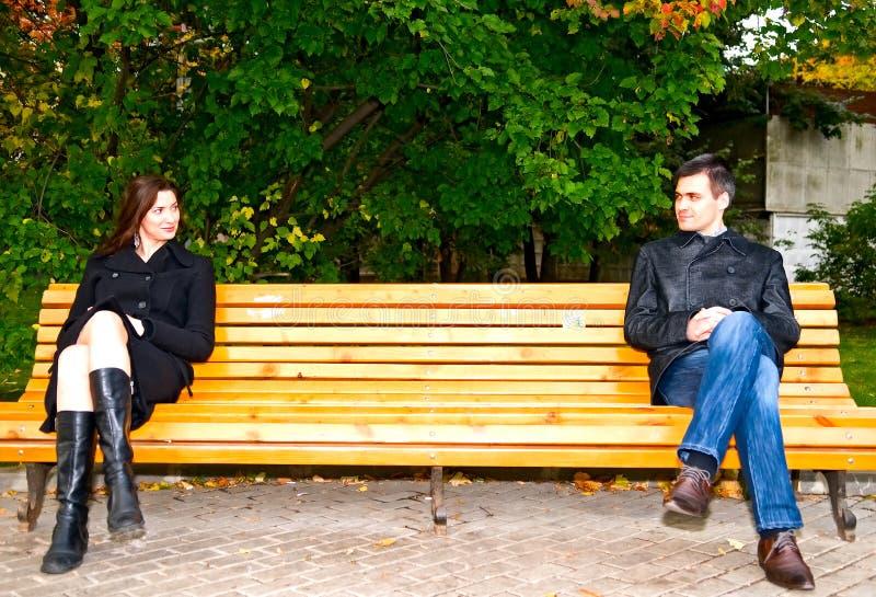 Reunión ocasional en el parque imagenes de archivo